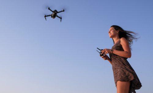 Principiante facendo volare un drone