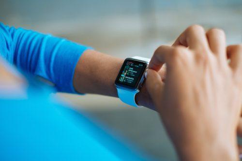 Ragazza con il miglior smartwatch fitness