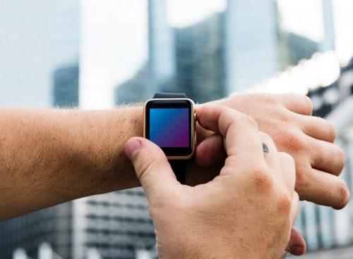 Uomo che controlla lo smartwatch fitness